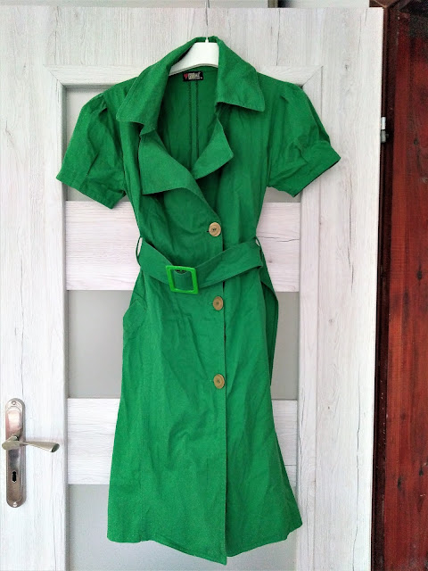 zielona-sukienka-a-la-plaszczyk-na-guzic