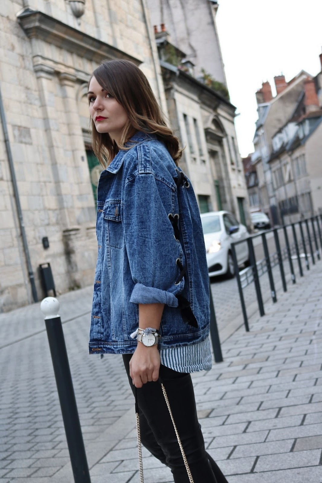 pauline-dress-tenue-look-besancon-veste-denim-lace-up-noir-tregging-chemise-rayee-sac-leo-zoom