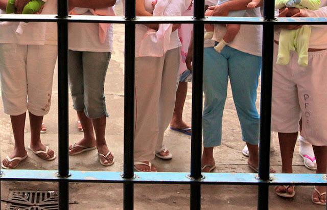 STF concede prisão domiciliar para todas as presas por tráfico que são mães