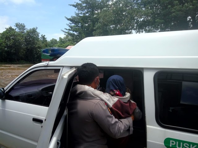 Reaksi Cepat AIPTU Santo Menolong Emak - emak Jatuh Terperosok di Jalan Berlubang