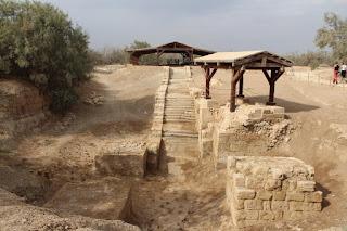 iglesia donde San Juan Bautista, predicaba la palabra de Dios y una piscina bautismal con forma de cruz, donde éste bautizó a Jesús de Nazaret.