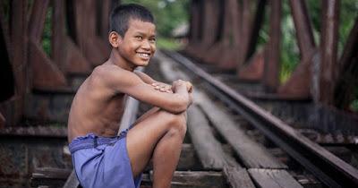Un niño juega cerca de la ONG con la que colaboramos en Camboya.