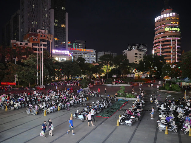 Dongmen Plaza (东门广场) in Yulin, Guangxi, at night