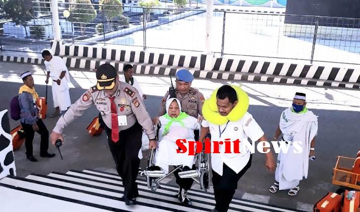 Personel Polda Sulsel, Peduli JCH Lanjut Usia Kloter 24 Embarkasi Makassar