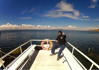 Gilberto em pose para foto em cima do barco.