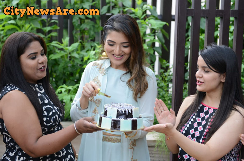 Bollywood actress Tina Ahuja cutting cake as she celebrate her birthday in Amritsar. Photo by Nannu Studio