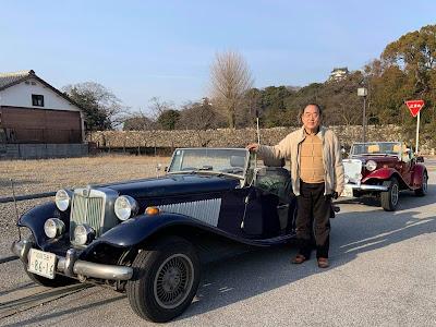 Taka Mitsuhashi ao lado de seu MP Lafer no Japão.