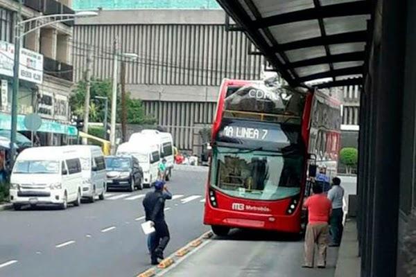 """Despiden por """"torpe"""" al conductor del Metrobús de doble piso que choco"""