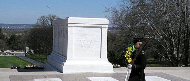 Γελούσαν υποτιμητικά μπροστά στον Τάφο του Άγνωστου Στρατιώτη. Η Αντίδραση του Σκοπού αξίζει Συγχαρητήρια!