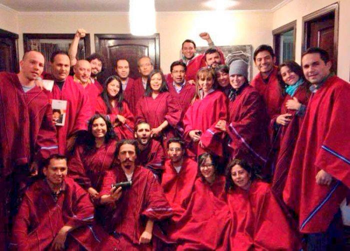 Miembros de Neurona con militantes y adeptos al MAS reunidos y vestidos con ponchos rojos en una casa particular / RRSS