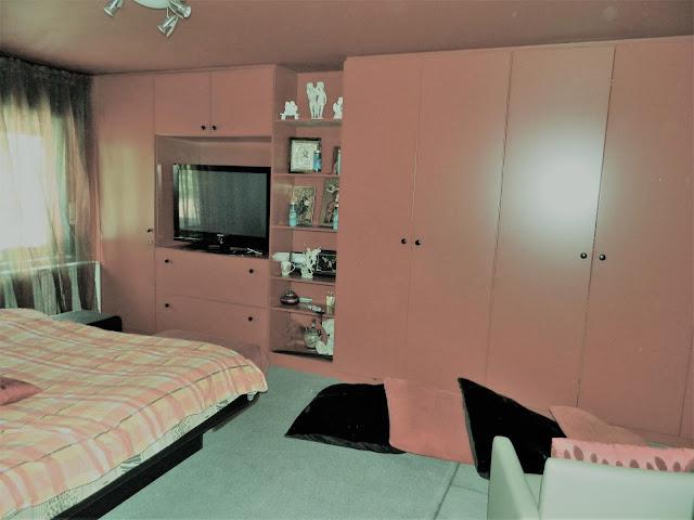 Grote slaapkamer met ingebouwde dressing.