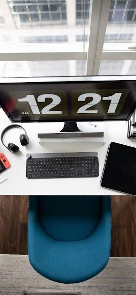 خلفية مكتب عمل بسيط فوقه حاسوب لوحي و سماعات