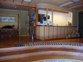 lìingresso del ryokan, sui gradini sono disposte una schiera di ciabattine per gli ospiti