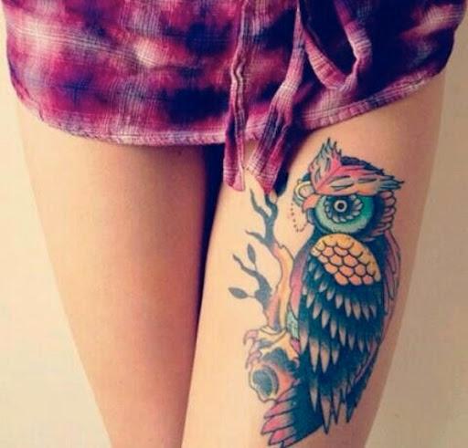 Tatuagem de coruja para a menina no coxa, seu olhar sexy