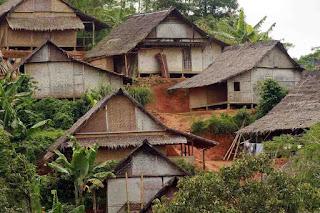 Rumah Baduy hanya memiliki satu pintu masuk yang ditutup dengan panto