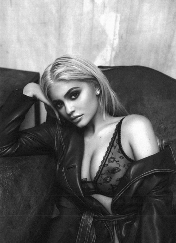 Kylie, 19, foi até o Instagram para mostrar algumas coisas interessantes e até mesmo deu aos fãs um vislumbre de seu mamilo enfeitado