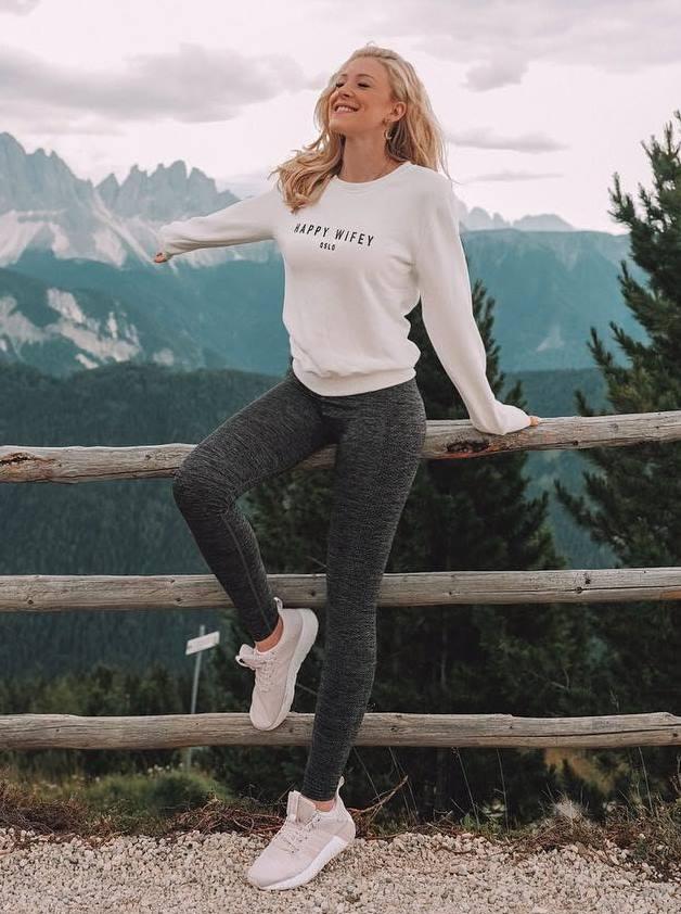 best comfy outfit / white sweatshirt + leggings + sneakers