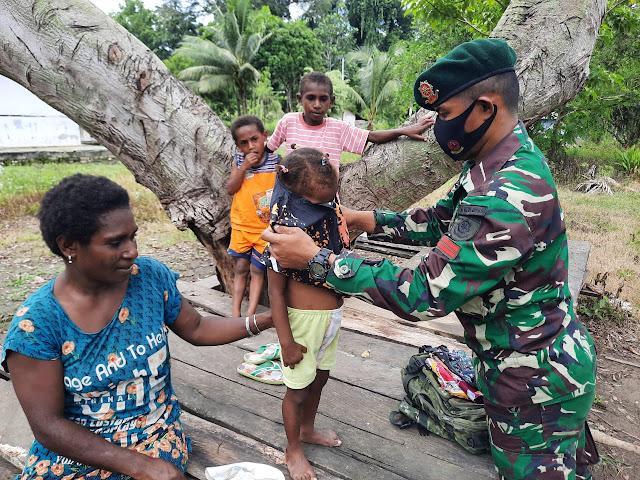 Kenalkan Budaya Jawa Pada Anak Papua, Satgas Yonif MR 413 Kostrad Berikan Baju Batik Solo