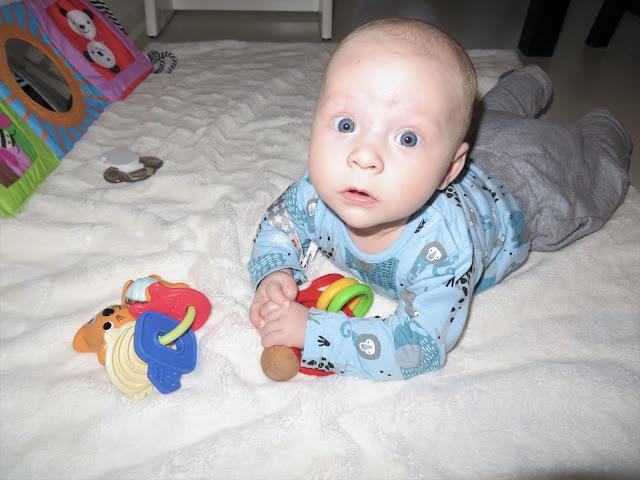 Kääntymisen oppimisen jälkeen Noel on viihtynyt purulelujen ja kirjojen kanssa vatsallaan