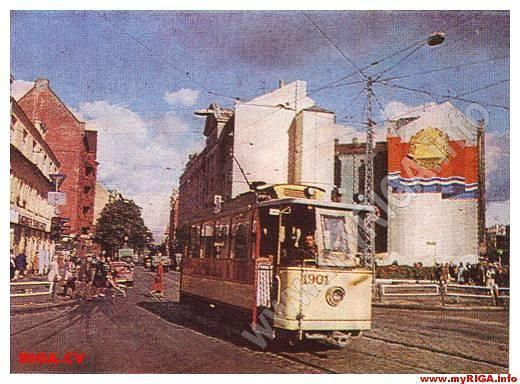 1980-е годы. Рига. Ретро-трамвай на углу улиц Ленина, Миера, Шарлотес и Революцияс. Справа брандмауэр на доме по адресу ул. Ленина, 83