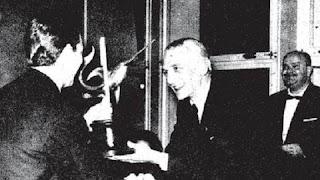 Svetozar Gligoric recibiendo el trofeo de campeón del I Torneo Internacional de Ajedrez Costa del Sol 1961