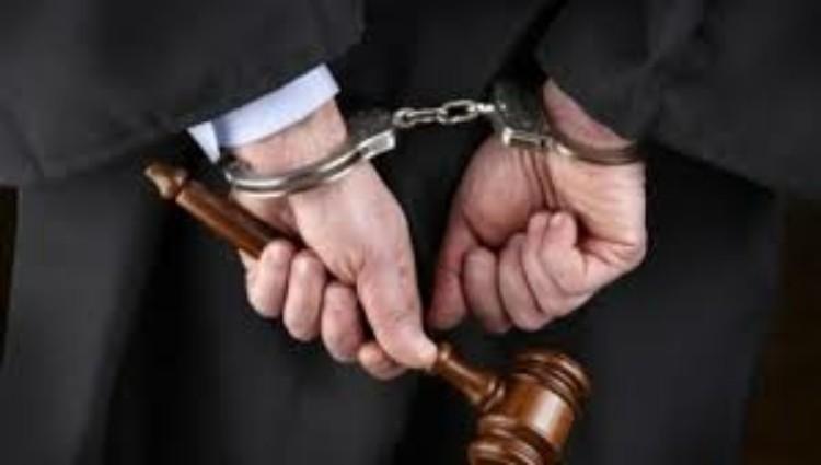 الإطاحة بمحامي مزيف يبيع المخدرات والسلسيون
