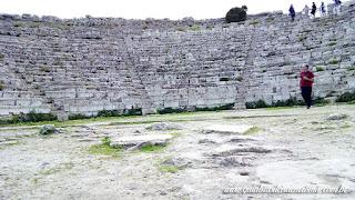 guia brasileira segesta teatro arquibancada sicilia - Área arqueológica de Segesta na Sicília