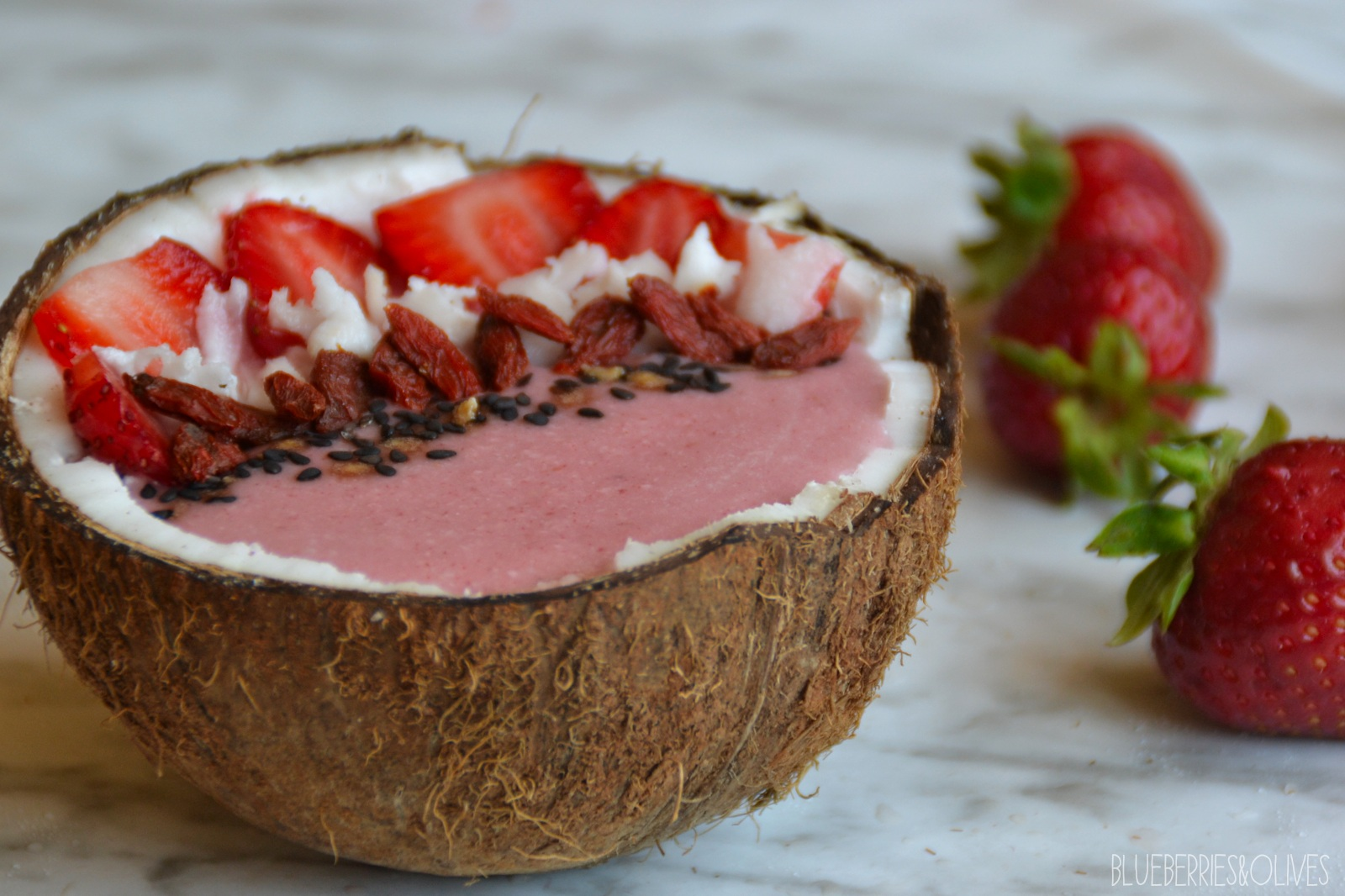 Smoothie bowl de fresas y coco 5