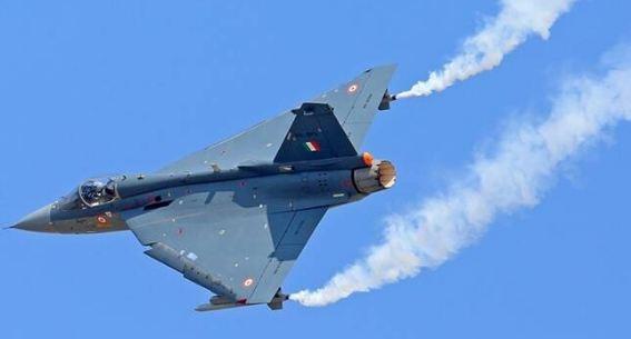 एक एकल इंजन वाला चौथी पीढ़ी का मल्टी-रोल लड़ाकू विमान, तेजस को हिंदुस्तान एयरोनॉटिक्स लिमिटेड (एचएएल), डीआरडीओ और वैमानिकी विकास एजेंसी (एडीए) द्वारा विकसित किया गया है। हालांकि इसका परीक्षण 1980 के दशक में शुरू हुआ था, लेकिन तेजस को आखिरकार 2016 में भारतीय वायु सेना में शामिल किया गया जब इसकी पहली इकाई, नंबर 45 स्क्वाड्रन IAF फ्लाइंग डैगर्स का गठन किया गया था। वर्तमान में, IAF के पास 33 तेजस लड़ाकू विमान हैं और यह अपने शस्त्रागार में 123 जेट्स को शामिल करने की योजना बना रहा है।