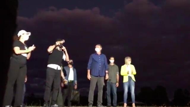 Apoiadores de Bolsonaro cantam 'Milla'