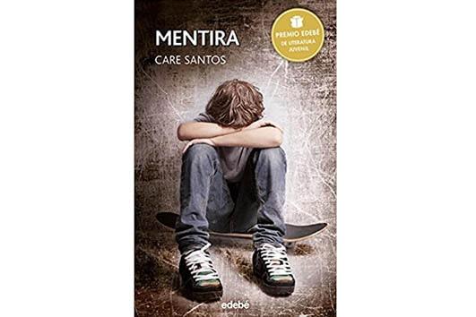Niño sentado en un skate con los brazos cruzados como llorando