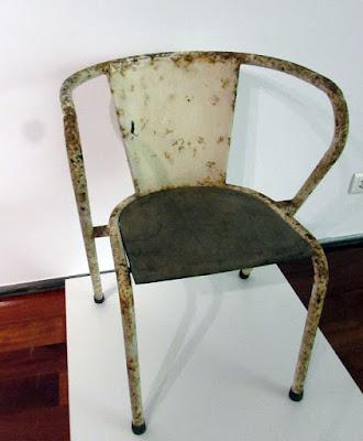 Uma cadeira portuguesa da Adico toda enferrujada