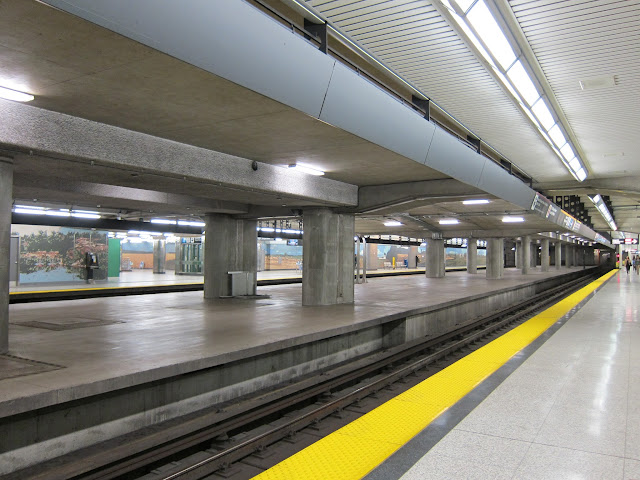 Unused centre platform at Sheppard-Yonge station