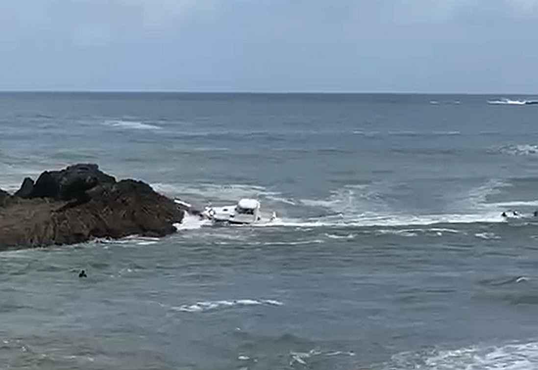 mundaka barco choque surfista