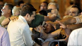 """Ο ΣΥΡΙΖΑ επαινείται πως """"αγκάλιασε πραγματικά"""" τα μνημόνια"""