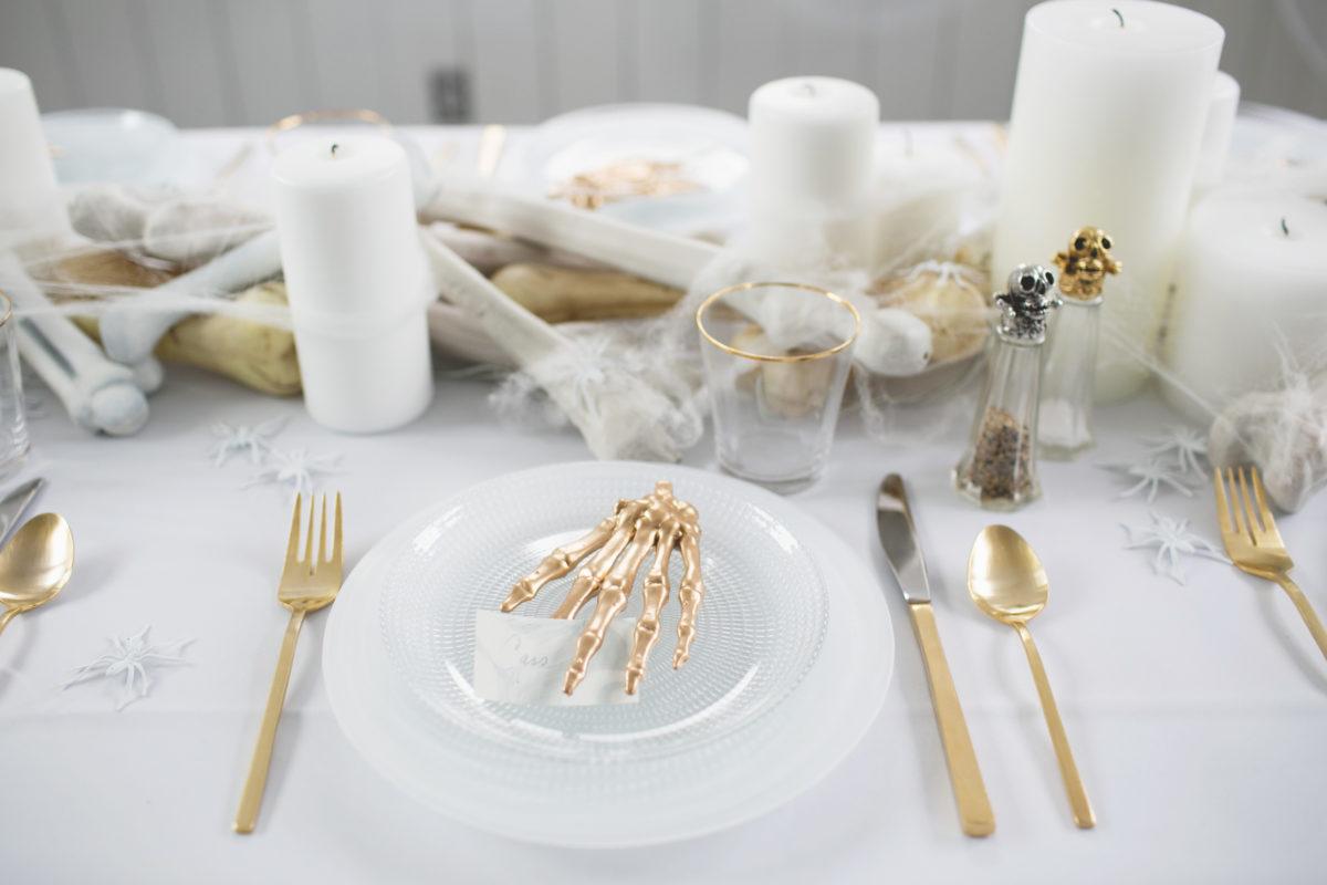 Cómo decorar una mesa de Halloween en blanco14