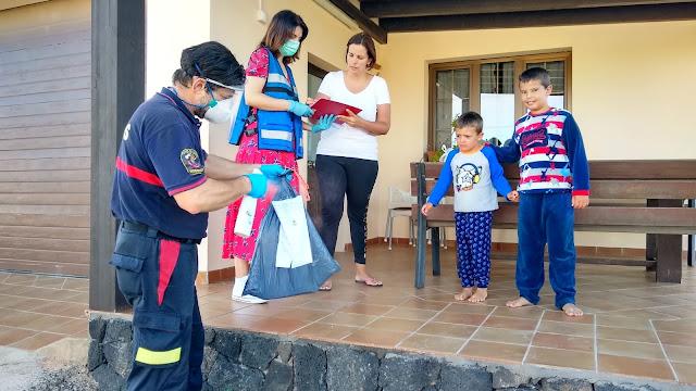 Foto%2Bde%2Bjaneykin%2B%25282%2529 - Fuerteventura.- Bomberos de La Oliva distribuye el material escolar que alumnos del municipio necesitan para finalizar el curso desde casa