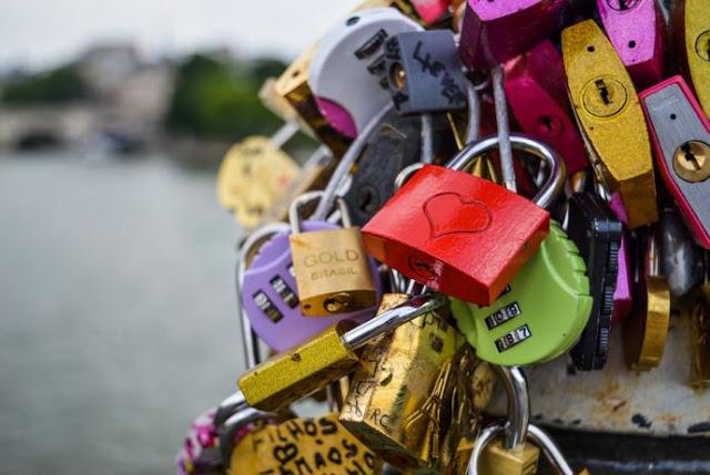 قفل الحب يغزو الجسور