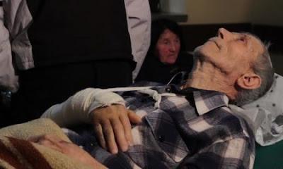 Ιδιότροπος γέρος [Ποίημα αποθανόντος γέροντος σε γηροκομείο που έγινε Χριστουγεννιάτικη Κάρτα - Too soon old]