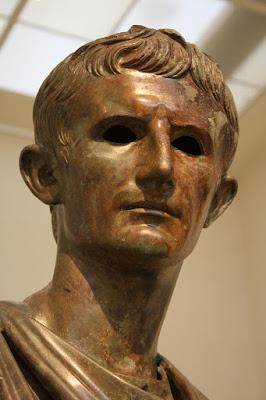 Biografi Augustus Caesar     Gaius Octavius. (yang lebih kesohor dengan julukan Octavian, tidak bersedia menerima gelar Agustus sampai umurnya tiga puluh lima tahun), dilahirkan tahun 63 SM. Dia cucu kemanakan Yulius Caesar yang merupakan tokoh politik Romawi di masa muda Octavian. Karena Yulius Caesar sendiri tak punya anak, amatlah sayangnya ia kepada Octavian dan mendidiknya menjadi seorang politikus. Tetapi, tatkala Caesar terbunuh tahun 44 SM, Octavian baru seorang pelajar berumur delapan belas tahun.  Gaius Julius Caesar Augustus (23 September 63 SM–19 Agustus 14), yang bergelar Kaisar Octavianus Augustus atau Kaisar Agustus (bahasa Latin: Imperator Caesar Divi Filivs Avgvtvs), adalah Kaisar Romawi pertama dan salah satu yang paling berpengaruh. Ia mengakhiri perang saudara berkepanjangan dan menciptakan kedamaian, kesejahteraan, dan kemegahan di Kekaisaran Romawi, yang dikenal dengan sebutan Pax Romana atau kedamaian Romawi. Memerintah sebagai penguasa tunggal mulai tahun 27 SM sampai matinya tahun 14 M. Ia menikah dengan Livia Drusilla dan langgeng hingga lebih dari 51 tahun. Setelah mati, Tiberius menggantikannya sebagai kaisar Romawi.  Kematian Caesar menimbulkan pergulatan sengit dan lama diantara pemuka politik dan militer untuk menduduki kursi kekuasaan. Octavian terlibat dalam pergulatan ini. Pada mulanya, lawan-lawannya yang punya pengalaman dan
