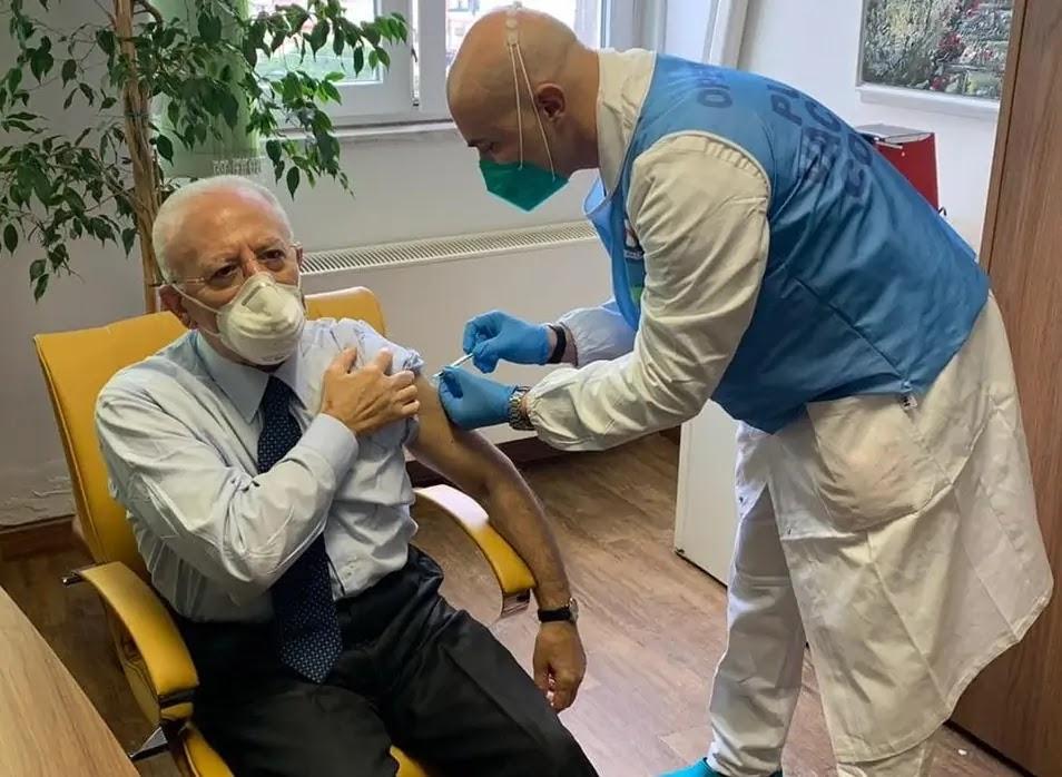 Vincenzo De Luca fa il vaccino anti-Covid