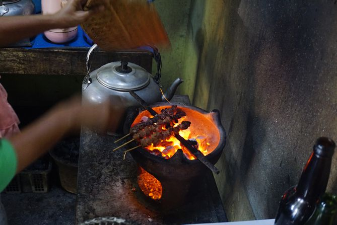 Melihat proses pembakaran sate