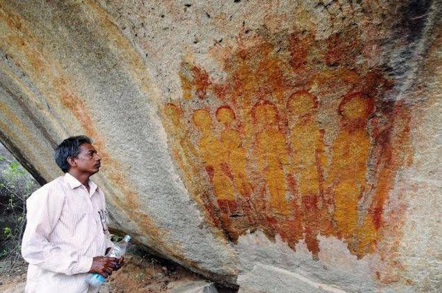 Pintura rupestre de extraterrestres en India