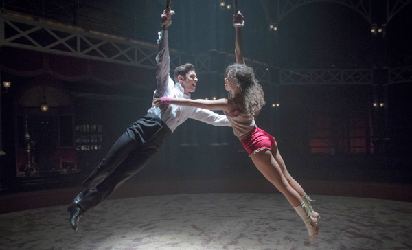 """Phillip Carlyle (Zac Efron) and Anne Wheeler (Zendaya) sing """"Rewrite The Stars"""" in THE GREATEST SHOWMAN (2017)"""