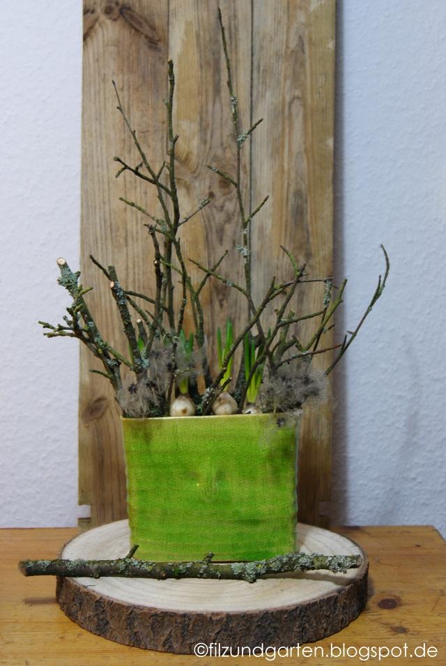 Wintervase mit Zweigen und Traubenhyazinthen
