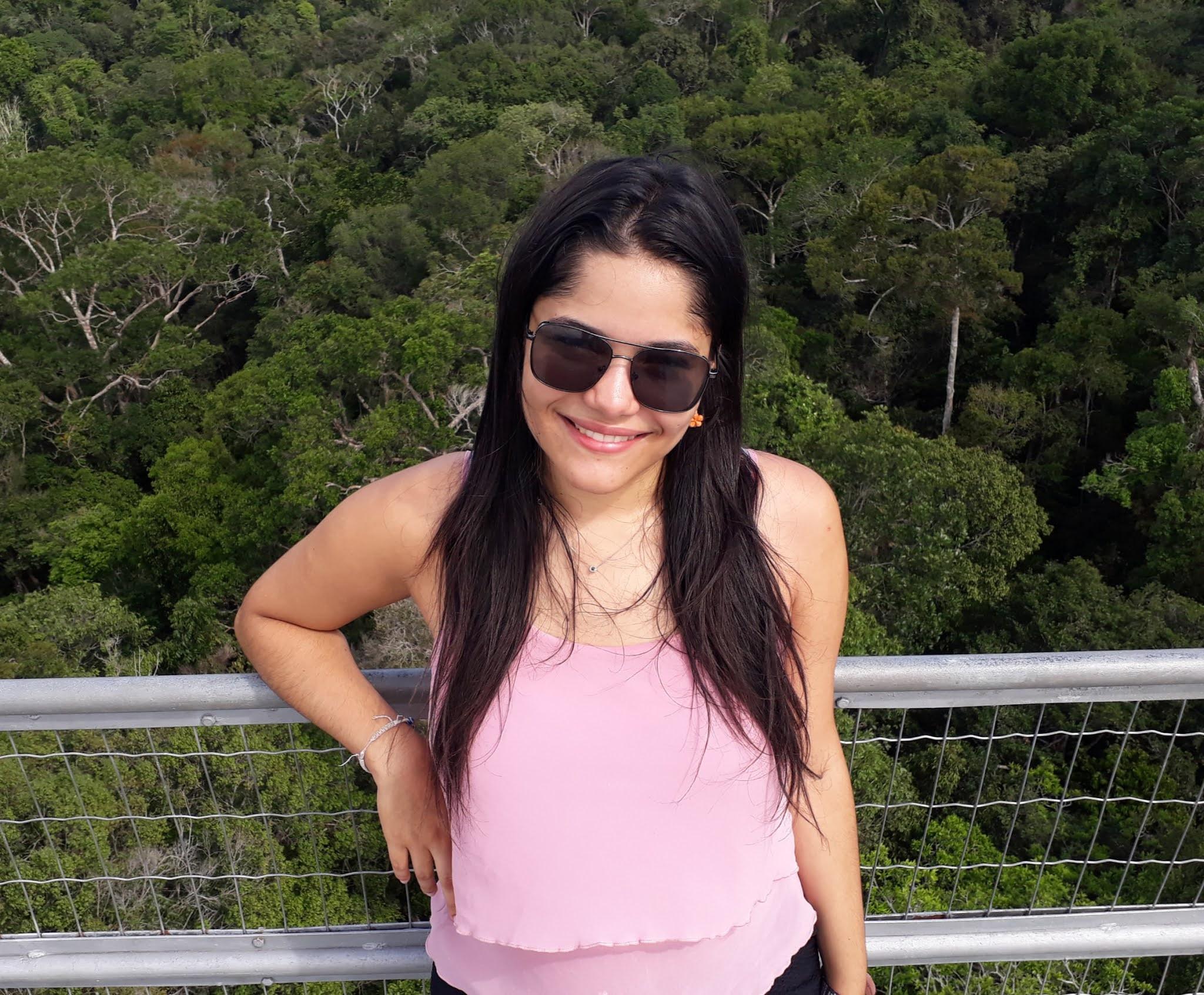 mulher jovem em um mirante da floresta amazonica