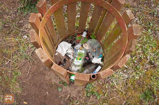 Atkritumu tvertne ar tukšām pudelēm