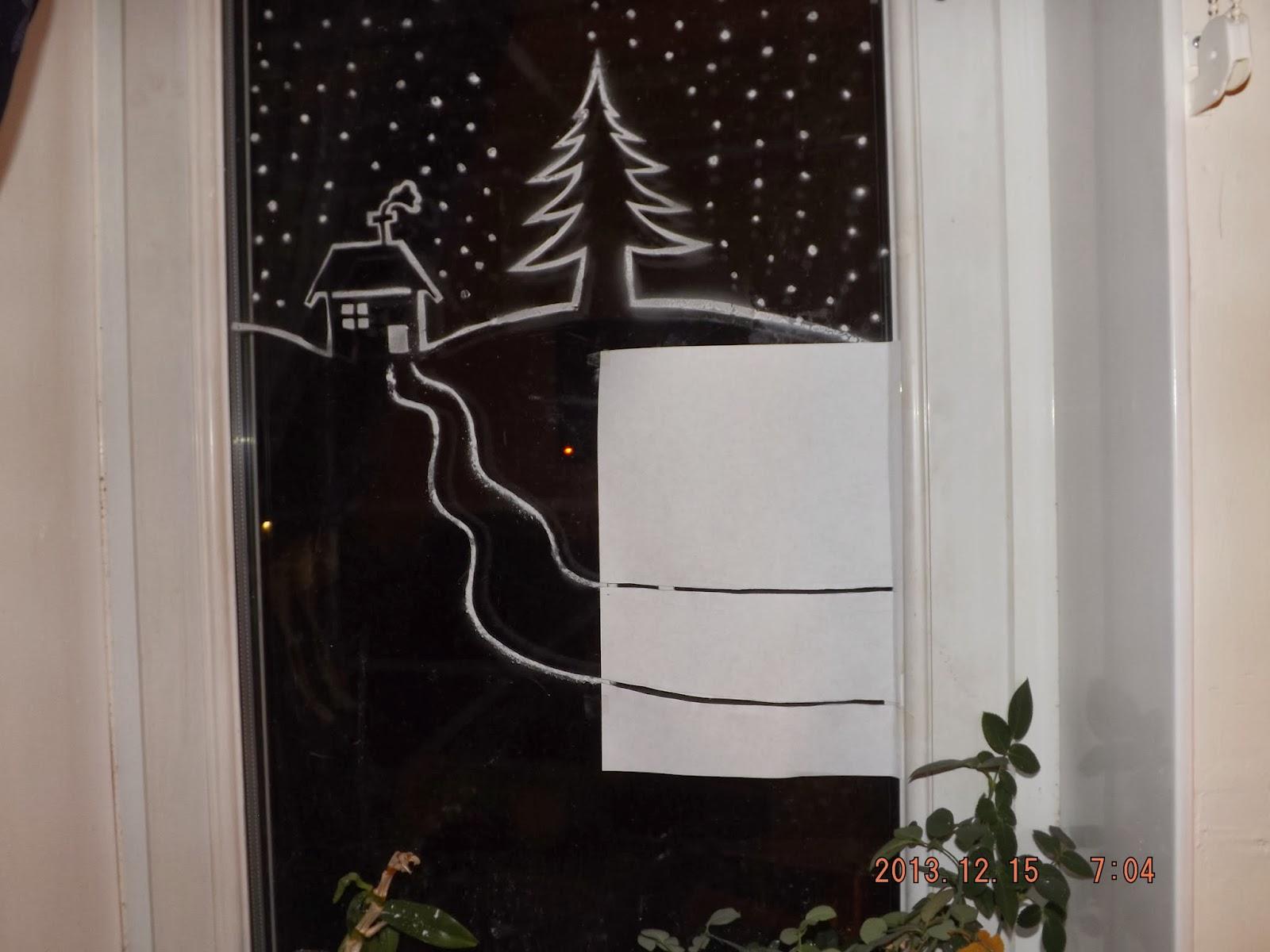 Karácsonyi ablakdísz műhó spray-vel az ablakra ragasztott út sablon