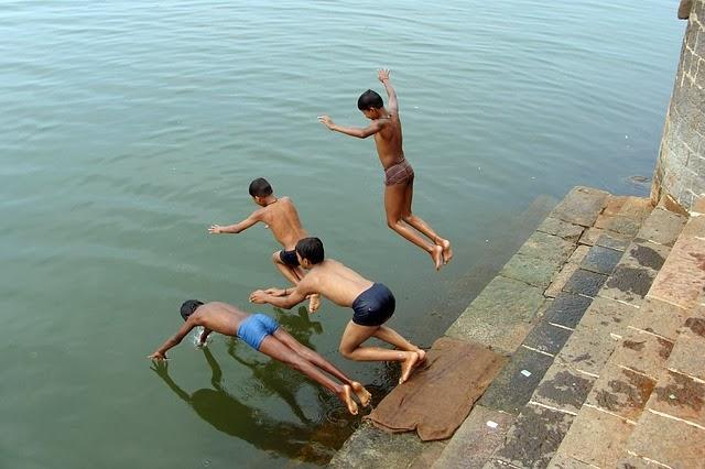 Eu e meu irmão nadando