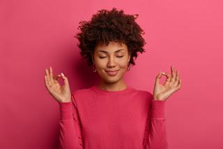 mulher negra fazendo pose de meditação